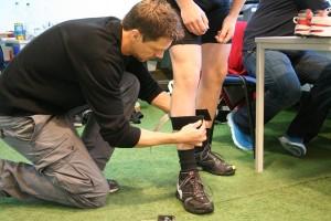 Die wissenschaftlichen Mitarbeiter verkabeln die Schuhtester. Foto: Martin Schmitz