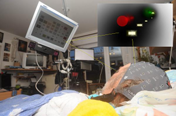 """Von seinem Bett aus arbeitet ALS-Patient Reinhard Fissler an seinem Werk """"Licht am Ende des Tunnels"""""""