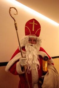 Heinz-Jürgen Preuß als Nikolaus mit Mitra und Bischofsstab. Fotos: Ann-Christin Gertzen