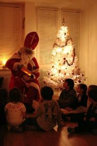 Ob das wohl der echt Nikolaus ist? Weihnachten bei Leon (vierter v. links) Zuhause..