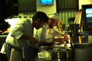 Chefkoch Michael mit seinem Kollegen. Hier beeiten sie normales Essen zu.