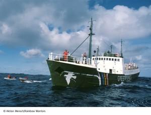 Fischkutter mit Regenbogen und Friedentaube: Die Rainbow Warrior auf ihren Missionen. Quelle: Aktion Mensch/ Rainbow Warriors