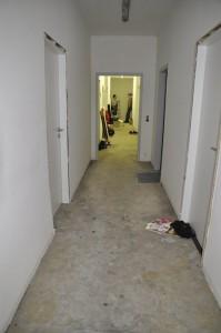 Hier erkennt man die weiten Dimensionen: Im langen Flur mit neun Zimmern im ehemaligen Bürotrakt sind Lars und Marc nur ganz entfernt erkennbar. Foto: Maren Bednarczyk