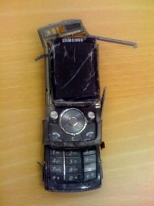Auch aus kaputten Handys können die wertvollen Rohstoffe zurückgewonnen werden. Foto: www.flickr.com/Glen Bowman