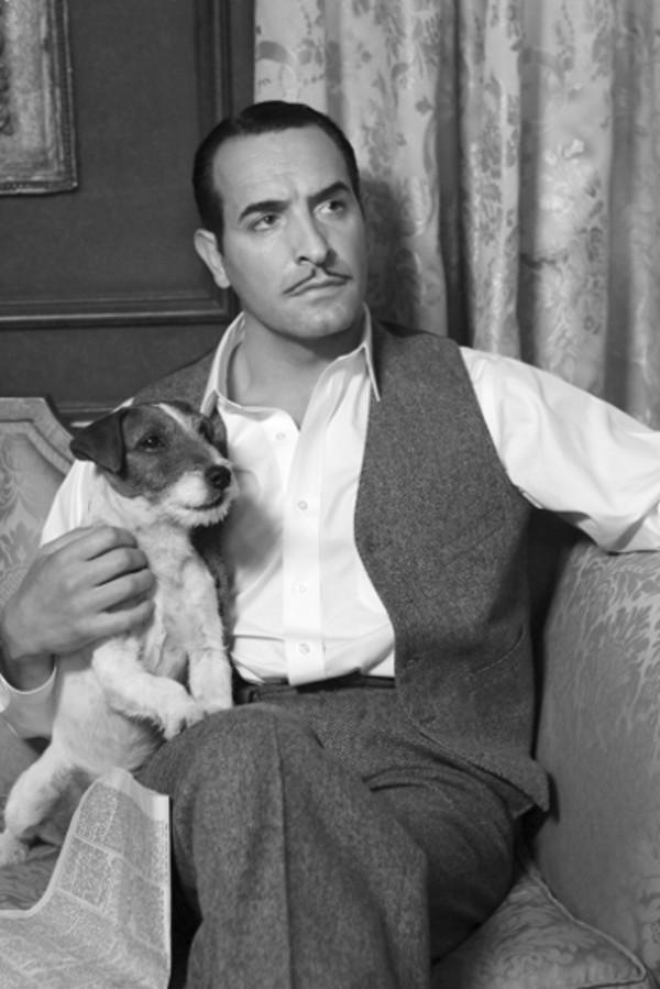 """Der heimliche Star des Films ist der Jack Russell Terrier Uggie, der in Cannes mit dem """"Palm Dog Award"""" für die beste Hunde-Performance ausgezeichnet wurde."""