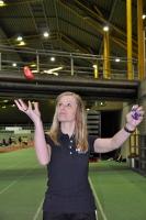 Den einen Ball hochwerfen und den anderen festhalten und zusammen mit dem Arm drehen