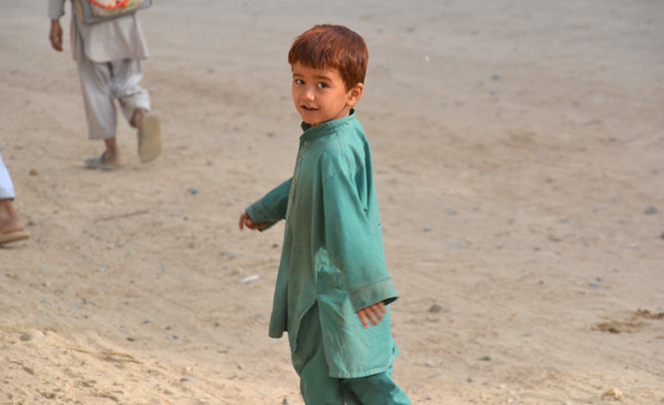 Die Armut unter den Kindern ist für viele Soldaten erschütternd. Hans glaubt, dass diese Generation, entgegen der häufig kriegsverrohten Eltern, am ehesten ein friedlicheres Afghanistan bewirken kann.