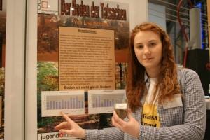 Lisa Schenk mit ihrem Biologieprojekt: Sie analysierte verschiedene Bodenproben in Schulnähe