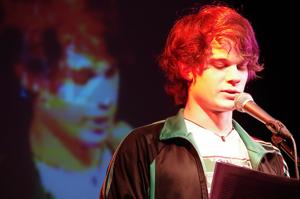 Der 21-jährige Kornelius Friz bewegt sich sehr sicher auf der Bühne. Seine Texte sind witzig oder melancholisch. Aber immer reflektierend. Fotos: Alina Günder