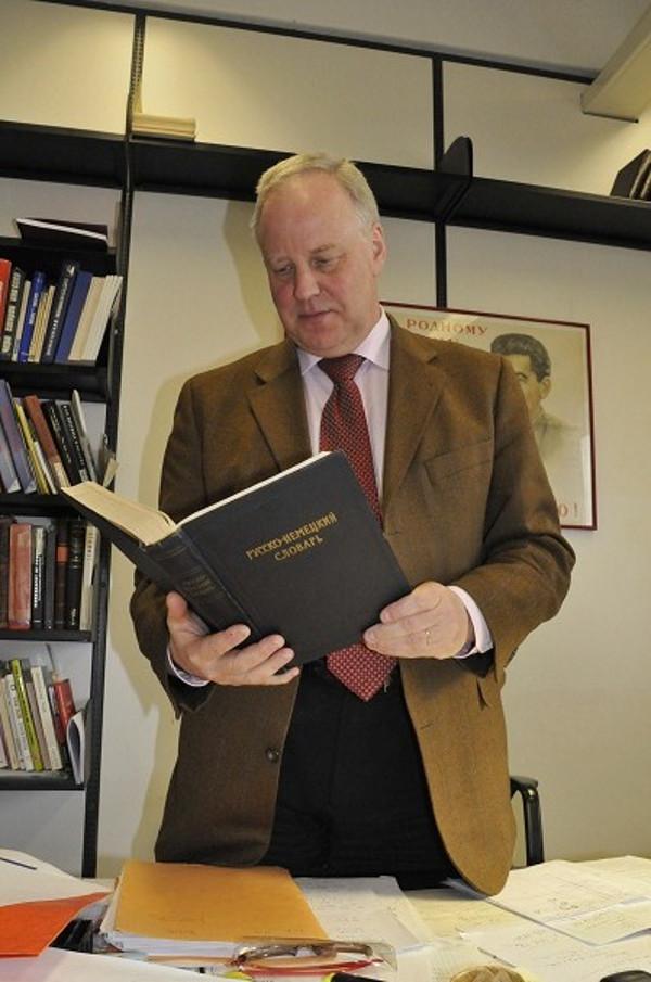 """Klaus Waschik hat zwar russische Wörterbücher - empfiehlt seinen Studenten aber """"Russisch HQ"""" um den Wortschatz zu vergrößern. Foto: Lara Enste"""