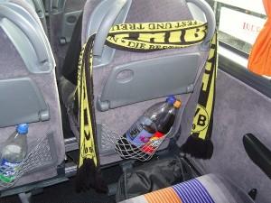 Im Bus hat jeder für acht Stunden nicht mehr als einen Sitz mit eingeschränkter Beinfreiheit. Foto: Lara Enste
