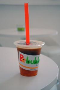 Kreischende Farben sind typisch für die neuen Variationen von Bubble Tea. Hier Schwarztee Mango. Foto: Anna Dörnemann