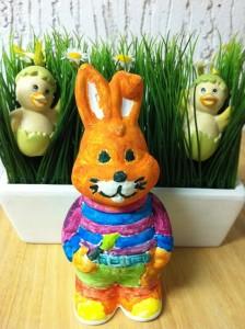 In Sachen Dekoration und Kreativität kann man sich Ostern frei austoben. Nicht nur Eier kann man anmalen, sondern auch Osterhasen. Foto: Maren Bednarczyk