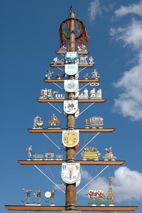 In vielen Dörfern wird ein großer Maibaum auf dem Marktplatz aufgestellt. Foto: flickr.com/Axel Schwenke