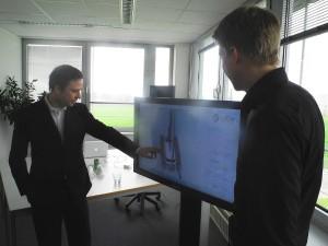 """Viality""- Gründer Benjamin Schulz und Markus Rall am Touchscreen-Bildschirm."