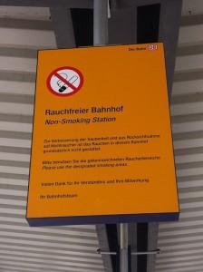 Groß, auffällig und eigentlich eindeutig - die gelben Hinweisschilder an den Bahnsteigen sollte eigentlich jeder Raucher wahrnehmen. Für ausländische Reisende gibt es sogar die englische Übersetung. Foto: Maren Bednarczyk