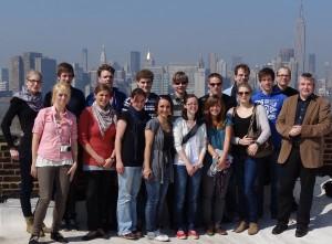Vor der Skyline Manhattans: Die Projektgruppe mit Professor Wiechmann (rechts). Foto: Privat