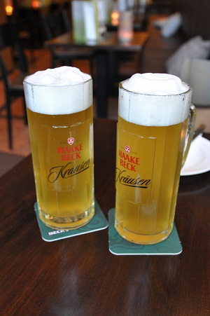 Für eine ordentliche Schaumkrone ist das richtige Einschenken entscheidend. Für eine dichte, feste Schaumkrone sollte das Bier relativ zügig eingeschüttet werden. Quelle:flickr.com/pthread1981.