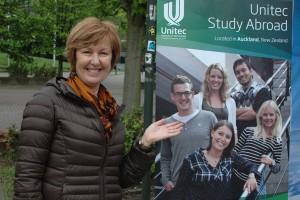 Bronwyn Watts macht Werbung für ihre Uni in Neuseeland.