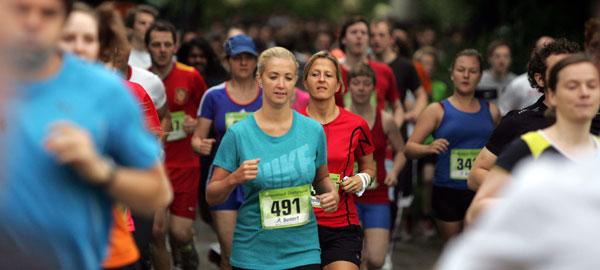 Mächtig was los: Die Teilnehmer stürmen den Campus beim Fünf-Kilometer-Lauf. Fotos: Daniel Moßbrucker