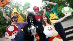 So sehen Sieger aus: Das BCI-Super Mario-Team gewinnt den Kostümwettbewerb beim Fünf-Kilometer-Lauf.
