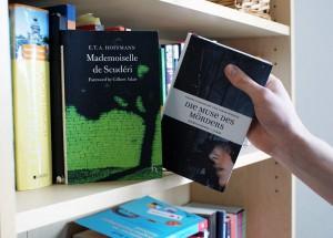 Links Original, rechts Remake: Das Fräulein von Scuderi und die Muse des Mörders im Regal