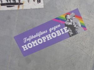 Auch auf dem Dortmunder Campus setzen Fans mit kleinen Aufklebern ein Zeichen gegen Homophobie - so wie hier auf der Mensabrücke Foto: Lena Christin Ohm