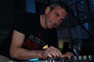 Partylöwe Kaminer am DJ-Pult.