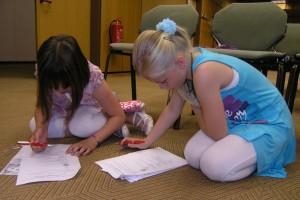 Laura und Lina, zwei Teilnehmerinnen der Kinder-Uni, lösen das Quiz. Fotos: Elena Bernard