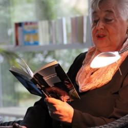 """Füssmann liest bei der Buchpremiere von """"Almas Baby"""" in der Stadtteilbibliothek Dortmund Brackel."""