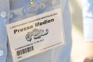 Mit dem Presseausweis im Landtag: Unsere Reporter berichten live von der Wahl. Foto: Florian Hückelheim.