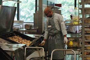 Normalerweise beginnt Kevin von Holts Arbeitstag um 9 an, heute steht er schon um 7 in der Küche. Fotos: Verena Hilbert