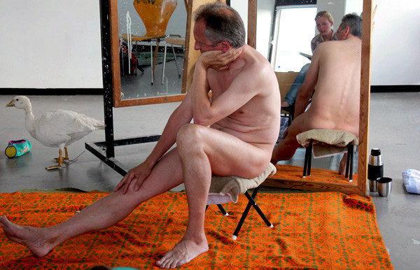 Martin bei seinem Nebenjob: Die Pose zu halten, kann anstrengend werden. Foto/Repro: Ida Haltaufderheide