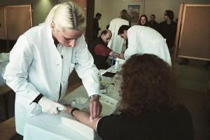 In Bochum führen erfahrene Medizin-Studenten die Blutentnahme am Aktionstag durch. Foto: DKMS