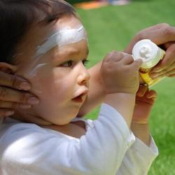 Eltern sollten bei Kindern auf ausreichenden Sonnenschutz achten. Wasserfeste Sonnencremes mit hohem Lichtschutzfaktor sind besonders gut geeingnet. Foto: flickr/phipx