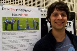 Kolja Alexander von der Bochumer Fachschaft Medizin ist Mitorganisator der Aktion und pflastert die Uni mit Werbeplakaten.