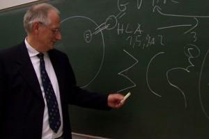 Beim Infoabend erklärt Professor Albrecht Bufe, warum die Suche nach einem kompatiblen Spender so mühsam ist.