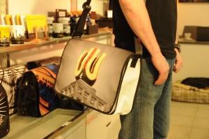 Ein Tasche aus LKW-Plane. Das Dortmunder U ist bei Micheels Kunden das beliebteste Motiv.