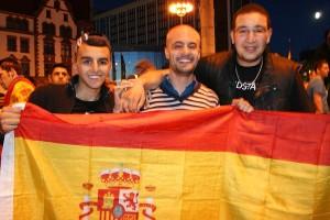 Die spanischen Fans freuen sich über den Sieg ihrer Mannschaft.