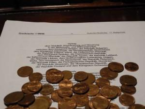 Euro-Münzen auf dem Fiskalvertrag