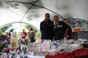 Ralf Winkelmann und Roger Titze trotzen dem strömenden Regen mit einem Pavillon.