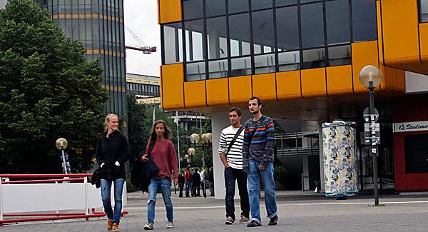 Ysaline Lannoy (2. v.l.) erkundet den Campus der TU Dortmund