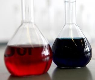 Durch eine Änderung kann aus rot schnell blau werden. Transparenz wissenschaftlicher Ergebnisse ist wichtig. Foto: Rolf van Melis, pixelio.de