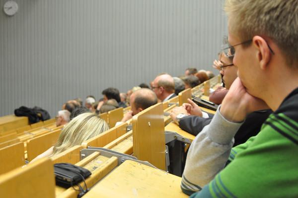 Wer an der Diskussion an diesem Abend folgen wollte, musste sich sehr konzentrieren.