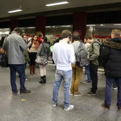 Viele mussten nach dem Fehlalarm einige Zeit auf die nächste Bahn warten. Foto und Teaserbild: Julia Bülling