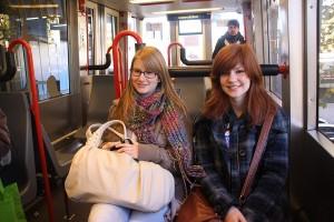 Abenteuer H-Bahn: Kira und Bianca genießen das futuristische Gefühl auf dem Weg zum Campus-Süd