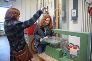 In der Modellbauwerkstatt sind die beiden Schwestern begeistert von den Maschinen, besonders von den Sägen