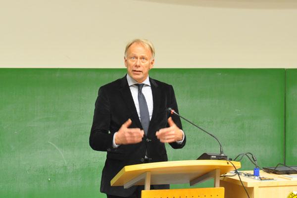 Jürgen Trittin (Die Grünen) hält vor der Diskussionsrunde einen 30-minütigen Vortrag.