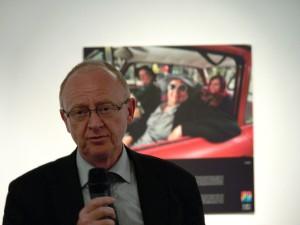 Kurt Eichler vor dem Foto aus Novi Sad.