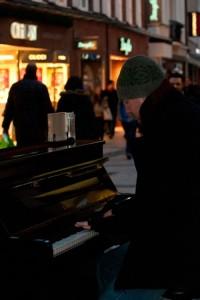 Mit eigenen Stücken tritt Sven in der Fußgängerzone von Münster auf.